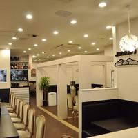完全個室有り◎白と黒を基調としたシンプルな店内