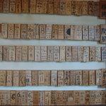 藤乃家 - そばを6枚以上食べるとこのように木札に名前が食べた枚数と共に残ります