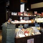 味の明太子 ふくや - 店内にはたくさんの商品が並んでいます