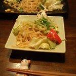 居酒屋風 - 東京では珍しいラーメンサラダ。ボリュームがあるので、この一皿でご飯ものの代わりにもなります。