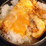五六島 - ライスおかわり時に丁度良い加熱具合で半熟の卵をオンザライス!