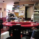 中国家庭料理 神洲之華 - 店内 回転する丸テーブルには賄いが乗っていてコレも美味しいそうです。
