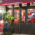 ワインバル DOLCE VITA - 開放的な店内。