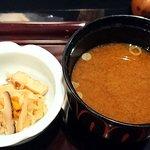 カトーズ ダイニングアンドバー - KATO'S DINING & BAR @赤坂見附 江戸 Premium に付く切干大根の煮物とナメコと豆腐の赤だし
