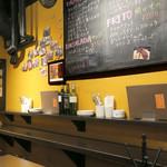 タパスマニア - カウンターとハイ・テーブル