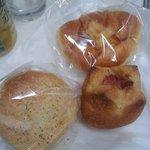 5817521 - ぎっしりクリームパン140円、イタリアントマトだったかな?150円、ベーコンフランス110円
