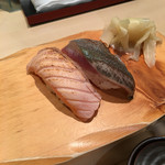 札幌シーフーズ - 炙りサーモン+炙り鯖。 どちらも塩がついているので醤油なしで。
