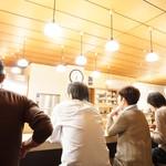 とんき - 待ち席から眺めるカウンターの光景