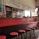 大鵬軒 - 内観写真:赤いカウンターと赤い丸椅子が美しい