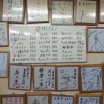 来集軒 - 壁には芸人さん達の色紙がたくさんです。