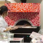 イチリン カフェ - 店内に設置された専用の窯で焼くピザはモチモチの絶品。