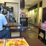 天神炒飯 - お店はカウンターとテーブル席なんですがお店は比較的狭め、私はこの後別件の用事があったんで炒飯をお持ち帰りさせて頂く事にしました。