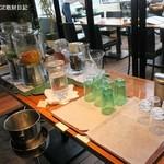 エー&ピー ウィズ テラス - セルフのドリンクとスープ台、ワインもある。