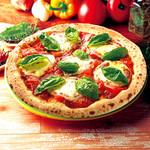 ナポリの窯 - 料理写真:【フレッシュトマトのマルゲリータ】ピザと言えば「マルゲリータ」というくらい定番ピザ。                                          トマトの「赤」、モッツァレラチーズの「白」、バジルの「緑」でイタリア国旗を表現しています。