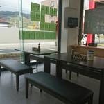 コイズミデリカテッセン - 店内のイートインスペース
