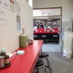 南京ラーメン 黒門 - カウンター向こうにカウンター&厨房