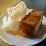 58438555 - 林檎のバターケーキ  アイスクリーム添え