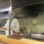 鳥恵 - カウンターで焼きを見ながら食事をいただきます