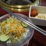 韓国宮廷料理ヨンドン - ビビン麺ランチのキムチ・ナムルとサラダ