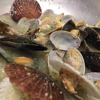 いろいろ貝類のスパークリングワイン蒸し