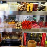元祖串かつ だるま - 食材が並べられたカウンター席。