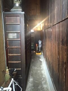 和醸良麺 すがり - 券売機から入口方面を見ると