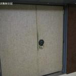 黒猫夜 - いかがわしい会員制の店のドアのよう