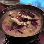 黒猫夜 - 秋鮭、唐辛子、山椒油がけ、特製煮込み1,800円+税、第二段階