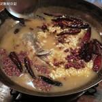 黒猫夜 - 秋鮭、唐辛子、山椒油がけ、特製煮込み1,800円+税、完成