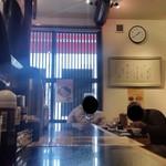 黒亭 - 店内のカウンター席の様子