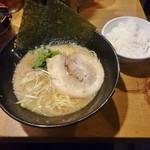 らーめん紫龍 - らーめん(細麺)680円 ランチタイムライスサービス