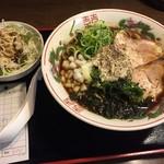 どぎゃん - 燕三条背脂ラーメン(800円)サラダ付