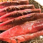 明神丸 - 焼く前の串刺された鰹