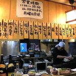 とまり木 - カウンターのむこうで調理する店主、高野さん♪(本人掲載了承済)