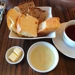 58781172 - ランチセットのパン(食べ放題)とドリンク(紅茶)、オリーブオイルは無料サービス、バターは別売り100円