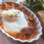 58792326 - ソーセージと豆のトマトソース煮込みと玉子のオーブン焼き
