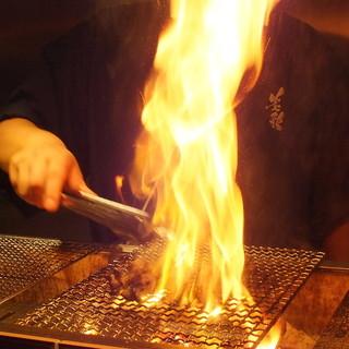 火が舞い上がる!見てて食欲が湧いてくるかご焼き!