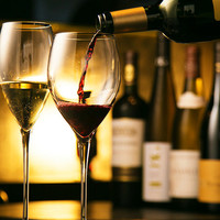 常時100種類以上ある豊富なワインセレクションとともに