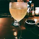 バー カヴァロ - 『フレンチ95』様、味はしっかりで一番良かったのはグラスの内側に事前に多分レモンを少し塗っているってのが本当に素晴らしい!!