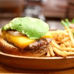 クアアイナ - 厚切りチェダーチーズのアボカドバーガー