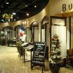 ワインバー&レストラン ブルディガラ - きらびやかかつ開放的な装いの外観。敷居が高くない。