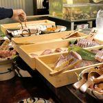 大和屋 音次郎 - たまに行くならこんな店は、神田駅チカに10月26日オープンしたばかりのお店で、890円のランチ限定食べ放題が大好評につき既に超人気店だった、「大和屋 音次郎」です。