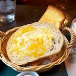 メフィストフェレス - マーマレード&バターを塗った胚芽パンは、カリッと軽快な食感