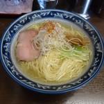 さとう - 豊魚鶏だし塩ラーメン(白ネギと糸唐辛子、水菜がよく似合う)