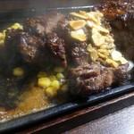 いきなりステーキ - ソースを掛けると、熱々の鉄板でジュワーってなります。