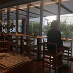 ポータル カフェ アキバ - 窓側のテーブル席