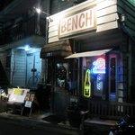カフェ ベンチ - お店の前にはベンチも置いてあります