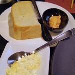 黒毛WAGYU RESTAURANT HACHI - ランチパン(たらこバター)とタルタルソース