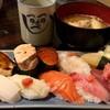 立花鮨 - 料理写真:お皿にモリモリの握り寿司、美味しかったです。 あら汁も大振りのお椀です。