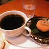 カフェ デ コウサイアン - 料理写真:珈琲と柿小餅